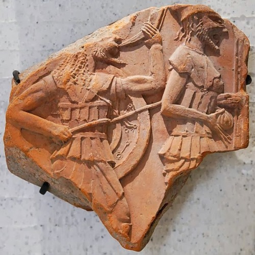 600px-Frieze_plaque_hoplites_Louvre_CA1748 (1)