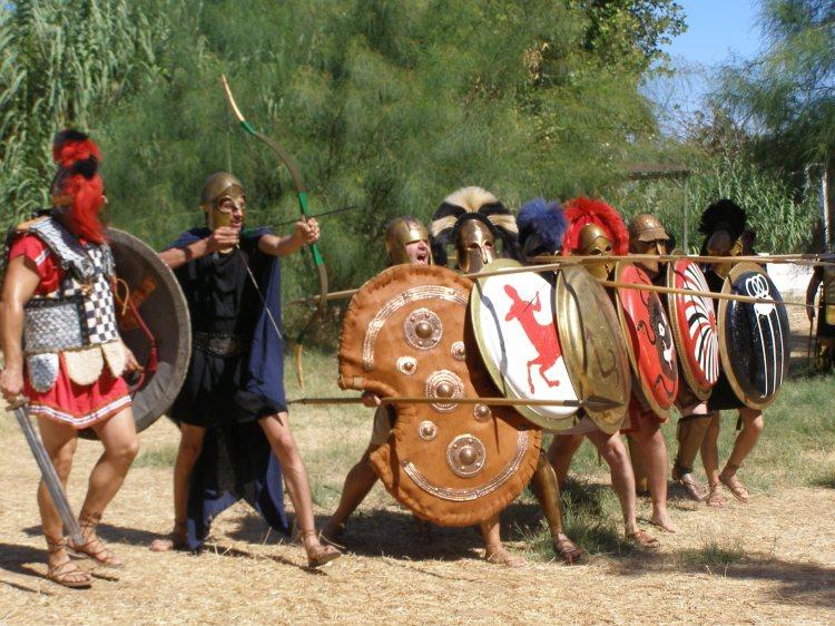Ένας Ιστορικός Αναχρονισμός (με Μαχητή Μυκηναϊκής Περιόδου συνομώτη με Οπλίτες Κλασσικής περιόδου) ή μια μοναδική στιγμή Πειραματικής Αρχαιολογίας που μόνο ο Σύλλογος ΚΟΡΥΒΑΝΤΕΣ μπορεί να παρουσιάσει σε παγκόσμιο επίπεδο...