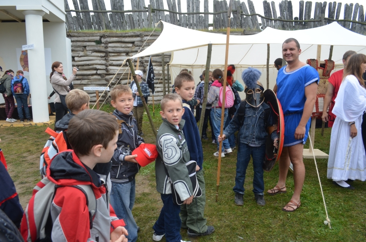 Transaction with children in Biskupin Archaeological Festival, 2011 (photo Association of Historical Studies Koryvantes)