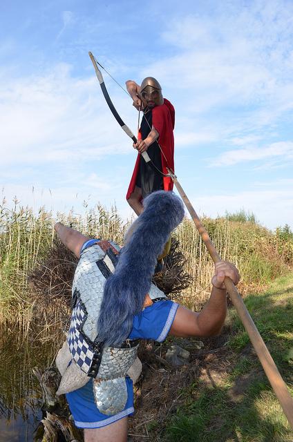 """Φωτογραφία: Σκηνή μάχης μεταξύ Τοξότου και Οπλίτου . Αρχαιολογικό Φεστιβάλ Biskupin 2011 / Πολωνία . Σύλλογος Ιστορικών Μελετών """"ΚΟΡΥΒΑΝΤΕΣ"""""""