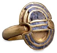 Χρυσό δαχτυλίδι με απεικονίσh ασπίδας Διπύλου (Κρήτη, 1550-1500 π.Χ. Image may be copyrighted
