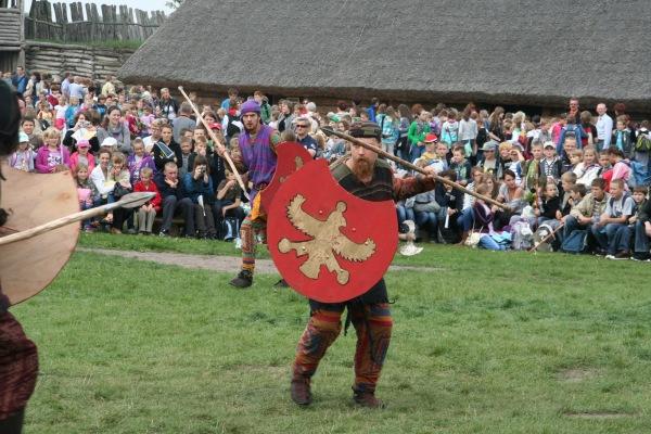 """Σκηνή μάχης μεταξύ Περσών. Aρχαιολογικό Φεστιβάλ Biskupin 2011.  Σύλλογος Ιστορικών Μελετών """"ΚΟΡΥΒΑΝΤΕΣ"""""""