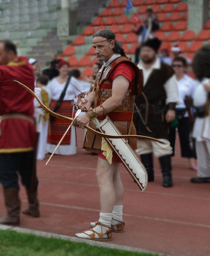 Σύγχρονη αναπαράσταση τοξότη Λακεδαιμόνιου Αριστοκράτη. Αν και κοινή πεποίθηση είναι ότι οι Λακεδαιμόνιοι δεν συμπαθούσαν την τοξοβολία στον πόλεμο, ιστορικά στοιχεία μαρτυρούν ότι η τοξοβολία ήταν αγαπημένη ασχολία της άρχουσας τάξης των Λακεδαιμονίων. Σύλλογος Ιστορικών Μελετών ΚΟΡΥΒΑΝΤΕΣ.