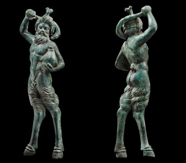 Μπρούτζινο αγαλματίδιο του Θεού Πάνα ο οποίος είναι έτοιμος να εκτοξεύσει ένα λαγωβόλο. 1ος πΧ -1ος μΧ αιώνας. Ιδιωτική Συλλογή. Image may be copyrighted.