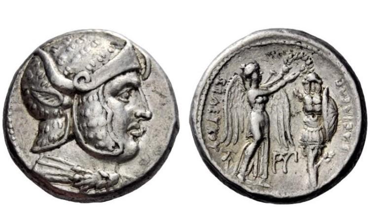 Νόμισμα του Σελευκιδικού Βασιλείου (305-295 πΧ) την εποχή της Βασιλείας του Σέλευκου Ά Νικάτωρος. Στην μια πλευρά εικονίζεται ο Μέγας Αλέξανδρος με ανοικτό κερασφόρο κράνος αττικού τύπου καλυμμένο με δέρμα πάνθηρα. Στην άλλη πλευρά η Θεά Νίκη στεφανώνει ένα τρόπαιο θριάμβου. Στην εικονιζόμενη πανοπλία διακρίνεται ο ανατομικός μυώδης θώρακας , οι δερμάτινες πτέρυγες και η κοίλη – Οπλιτικού τύπου- ασπίδα με το αστέρι της Μακεδονικής Δυναστείας. Πηγή φωτογραφίας: http://www.coinarchives.com/. Image may be copyrighted.