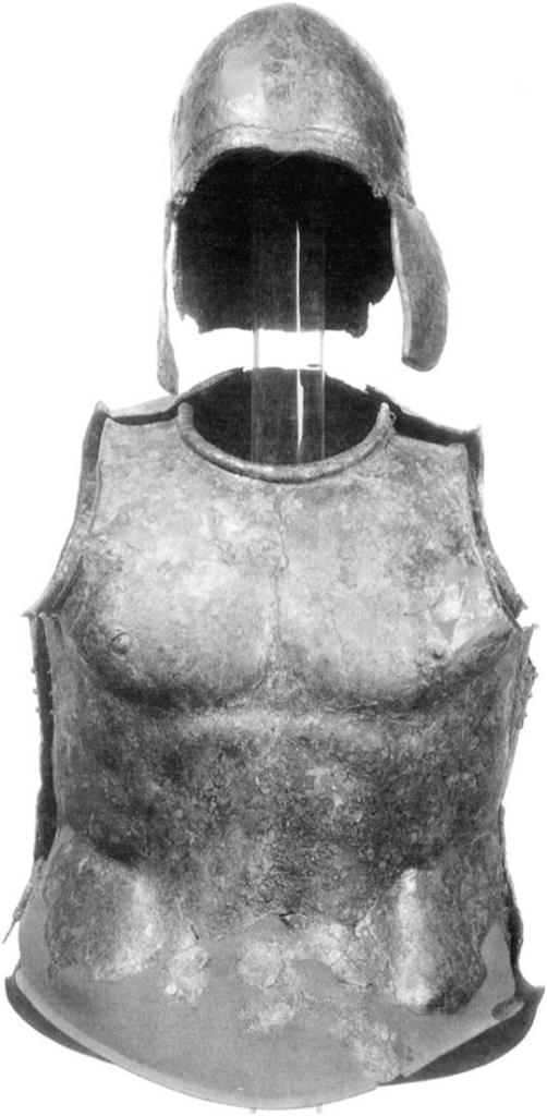 Ελληνιστικός (τέλη 4ου π.Χ αιώνα) ανατομικός μυώδης θώρακας με ανοικτό κράνος Αττικού τύπου, τα οποία εκτίθενται στο Μουσείο Getty (ΗΠΑ). Το πάχος του θώρακα είναι 0.535 m και του κράνους 0.225 m , ενώ δεν είναι καταγεγραμμένο το σημείο το οποίο έχει βρεθεί. Πηγή φωτογραφίας: Emeline Hill Richardson, The Muscle Cuirass in Etruria and Southern Italy: Votive Bronzes, American Journal of Archaeology, Vol. 100, No. 1 (Jan., 1996), p93. Image may be copyrighted.