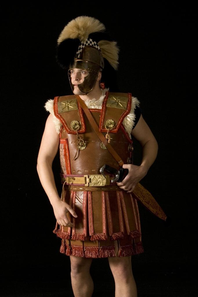 """Πειραματική ανασύσταση Αξιωματικού της """"Βασιλικής Φρουράς"""" του Σελευκιδικού Βασιλείου από τον Σύλλογο Ιστορικών Μελετών ΚΟΡΥΒΑΝΤΕΣ, ο οποίος έχει παρουσιαστεί εκτενώς στο περιοδικό """"ANCIENT WARFARE MAGAZINE"""" (issue VIII.4). Φέρει σύνθετο δερματοθώρακα ενισχυμένο με μεταλλικές φολίδες στο πλάι, βαριά θλαστική κοπίδα, και αττικού τύπου κράνος. Τα αστέρια της Μακεδονικής Δυναστείας τοποθετημένα ως επιθέματα στις επωμίδες ίσως δηλώνουν την Μακεδονική του Καταγωγή. Ο οπλισμός του αποτελεί τυπικό δείγμα ανάλογων μονάδων των Ελληνιστικών στρατών.. Κατασκευή Δερματοθώρακα Hellenicarmors. Φωτογραφία Ανδρέας Σμαραγδής. Image courtesy of KORYVANTES Association."""